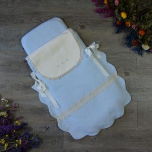 Saco-colcha color celeste tiza y marfil