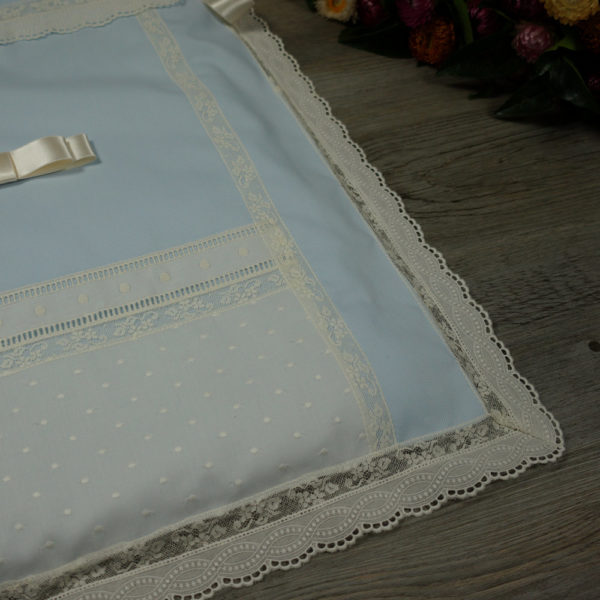 Detalle saco colcha lencero celeste y marfil