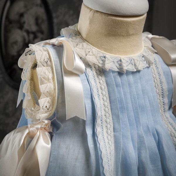 Vestido faldón celeste con capota a juego