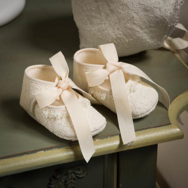 Vestido de bebe con capota, braguita y zapatos