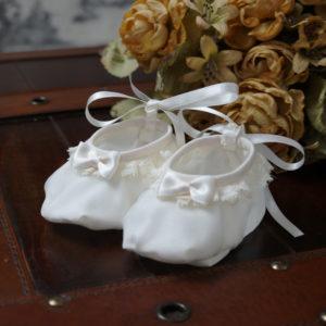 Zapatito de bautizo en seda marfil