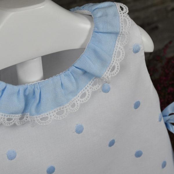 Vestido en muselina blanca con topos celeste