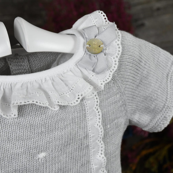 Jersey o jubón de perlé con cubrepañal de volantes